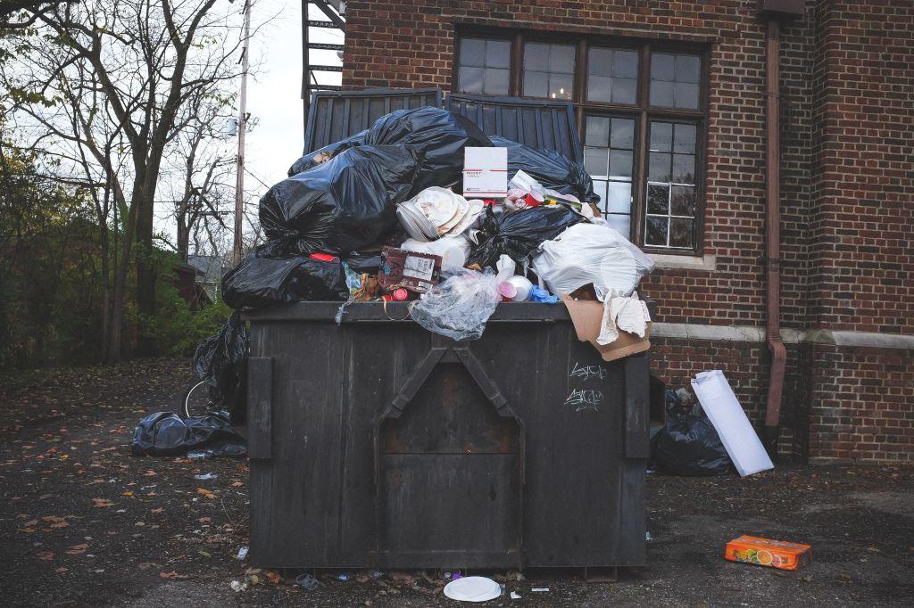 Container poubelle qui déborde de déchets